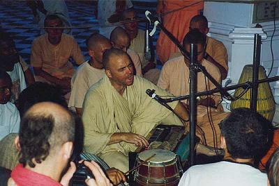 Aindra conduisant un bhajan au temple de Krishna-Balarama