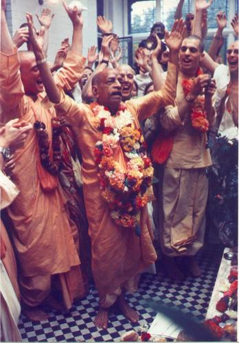 Prabhupada-Dancing-at-Bhakt