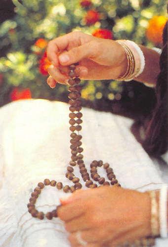 Tenez les grains du chapelet entre le pouce et le majeur en récitant sur chacun d'entre eux le maha-mantra